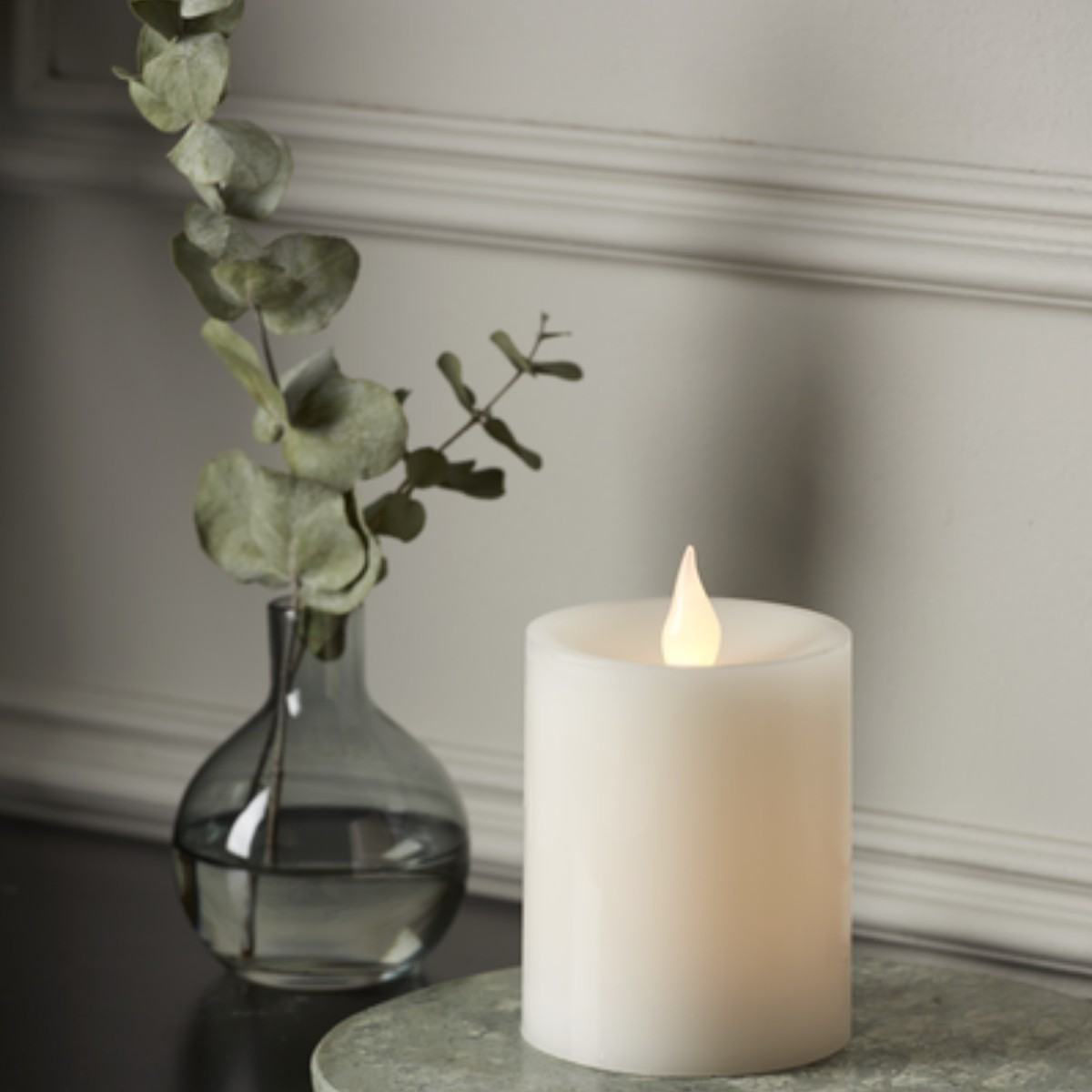 LED Stumpenkerze Flame - Echtwachs - flackernde warmweiße LED - H: 12cm - Batteriebetrieb - Timer